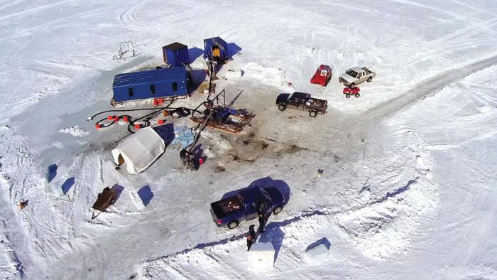 Съемочная группа Discovery Channel записывает видео удаленного управления погружной драгой, используемой для добычи золота на Аляске. (Изображения предоставлены компанией Eddy Pump).